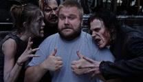 "Robert Kirkman circondato da ""zombie"""