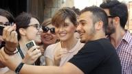 Paola Cortellesi circondata dai fan a Taormina