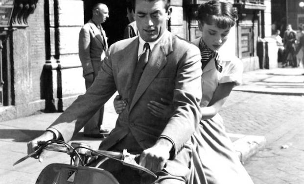 """Audrey Hepburn, Gregory Peck e la """"fuga in vespa"""""""