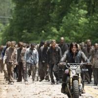 Deryl con la mandria di zombi
