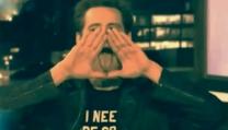 Jim Carrey mima il simbolo degli illuminati durante il Jimmy Kimmel Show