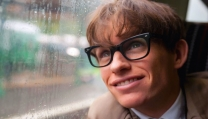 "Eddie Redmayne interpreta Stephen Hawking in ""La teoria del tutto"""