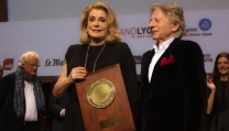 Catherine Deneuve riceve il premio alla carriera da Roman Polanski