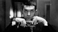 Un giovanissimo Stanley Kubrick con la sua macchina fotografica