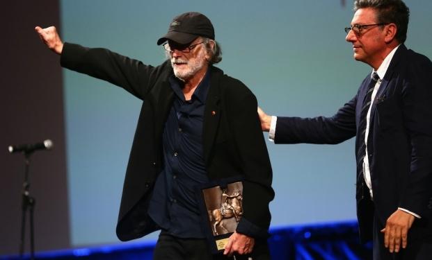 Tomas Milian riceve il premio da Sergio Castellitto