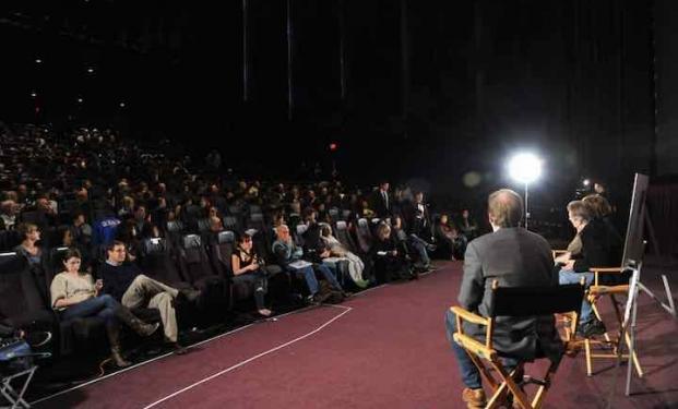 Una classica scena da un palco di festival del cinema
