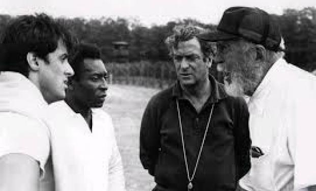 John Huston con Pelé e Michael Caine